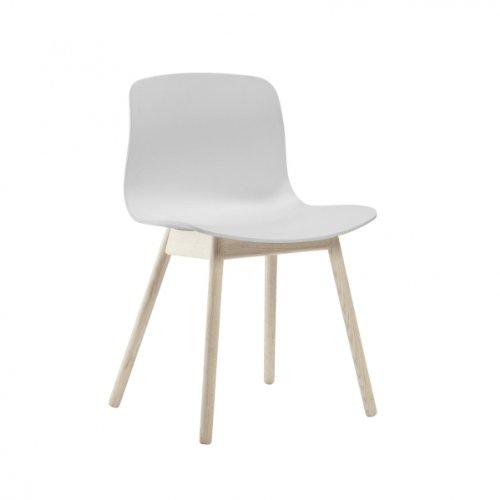 HAY About a Chair 12 Stuhl, weiß Gestell Eiche geseift mit Kunststoffgleitern